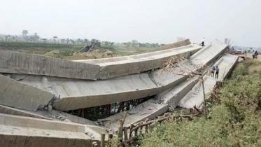 সুনামগঞ্জে ধসে পড়ল নির্মাণাধীন সেতুর গার্ডার