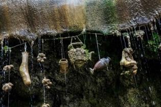 রহস্যময় এই কূপের পানিতে সবকিছু পাথর হয়ে যায়
