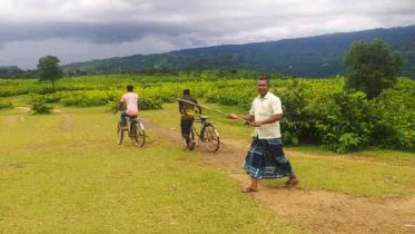 পর্যটকদের ঠেকাতে লাঠি হাতে সুনামগঞ্জের ইউপি সদস্য