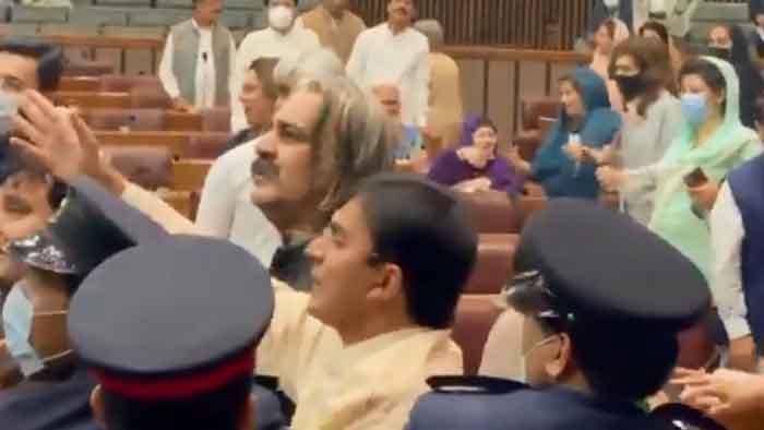 পাকিস্তানে অধিবেশন চলাকালে সংসদে হাতাহাতি, নারী এমপি আহত