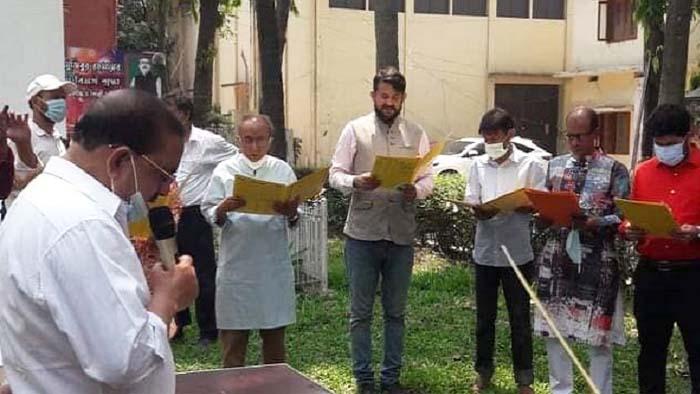 শপথ নিচ্ছেন চলচ্চিত্র পরিচালক সমিতির সদ্য নির্বাচিত কমিটি
